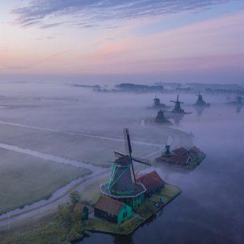 De molens van de Zaanse Schans bij Zaandam met ochtend mist.