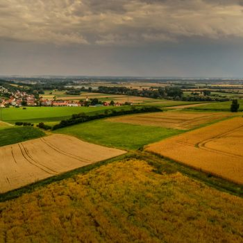Landschap bij het plaatsje Zirgesheim aan de Romatische Straβe in Duitsland
